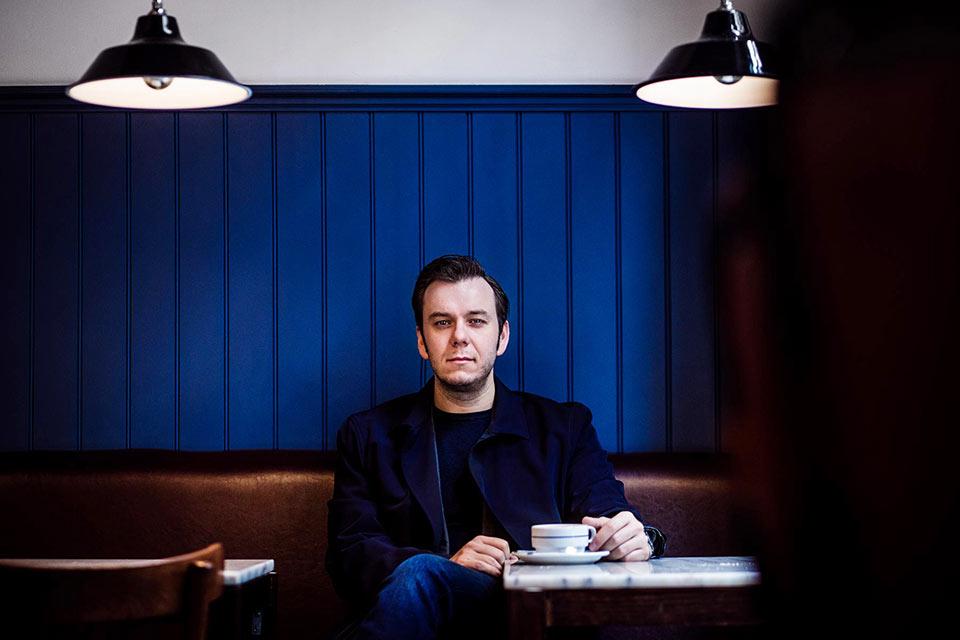 Portrait-of-opera-singer-Benjamin-Bernheim-in-London-cafe