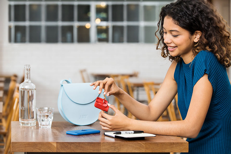 lifestyle-photography-of-woman-in-cafe-with-nolii-product
