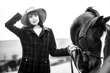 Woman-with-hat-holding-horse-for-lifestyle-photographer