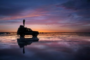 automotice-lifestyle-photograph-of-photographer-on-car-in-sunset-in-bolivia
