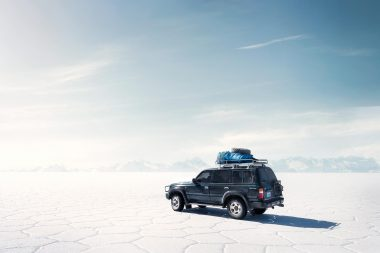 Four-wheeled-drive-vehicle-on-salar-de-uyuni-salt flats-in-bolivia