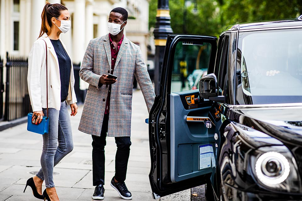 couple-getting-into-london-taxi-by-lifestyle-photographer-richard-boll